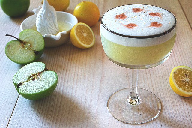 Pisco Apple Sour Cocktail Recipe // HonestlyYUM