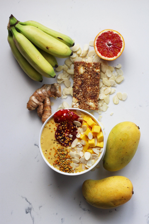 Mango turmeric smoothie | HonestlyYUM